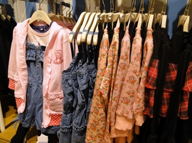 スマイルランド渋谷店にはこども服も